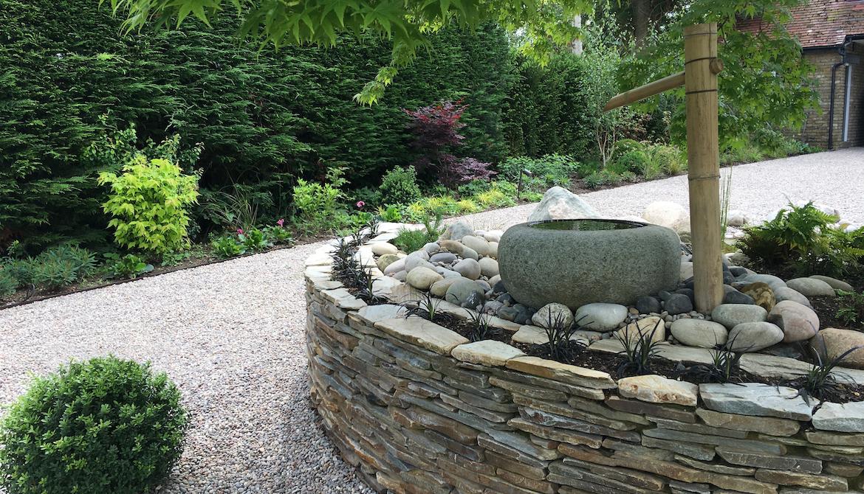Hertfordshire garden design featuring a quartz paddle-stone raised bed